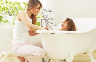 אמא מקלחת את ביתה באמבטיה