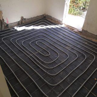 מערכת חימום תת רצפתי על גבי רשת מתכת ושכבת בידוד.